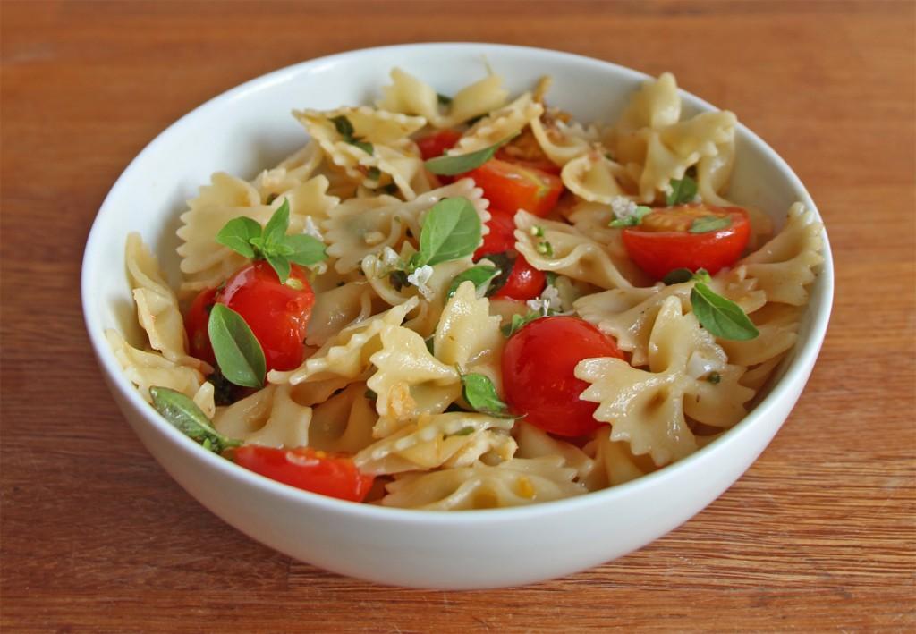 Spaghetti aux tomates cerises, anchois et fleurs de basilic