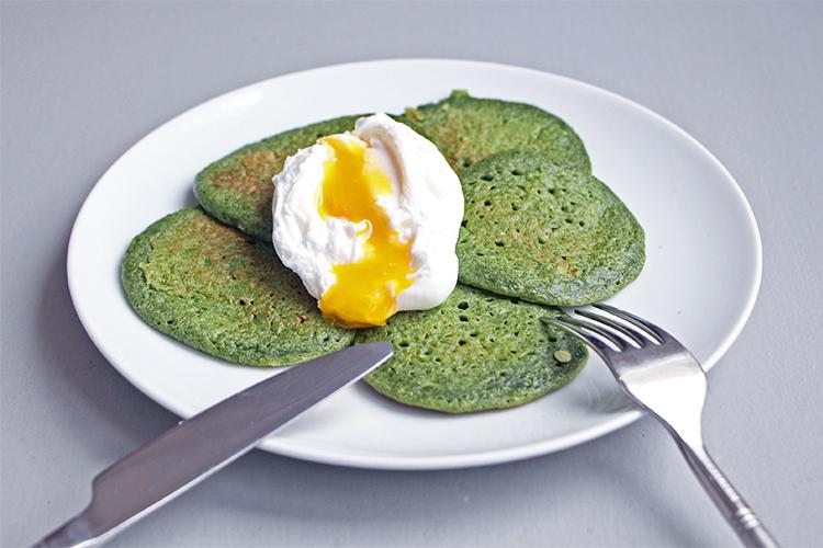 Pancakes verts aux épinards avec un oeuf poché