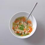 Minestrone d'hiver : bouillon aux croûtes de parmesan, chou, carottes, haricots blancs, pâtes