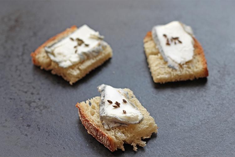 Toast au fromage de chèvre et graines d'aneth
