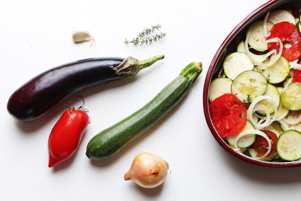Aubergine, courgette, tomate, oignon, ail et thym et plat de tian préparé