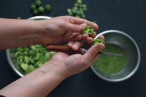 épépinage des tomates vertes pour une confiture antigâchis