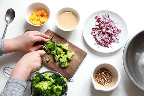 Préparation de la salade brocoli, kumquat et amandes, découpe du brocoli