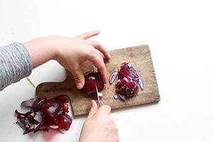 Découpe d'un oignon rouge