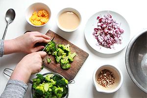 Découper le brocoli pour la salade brocoli, kumquat et amandes