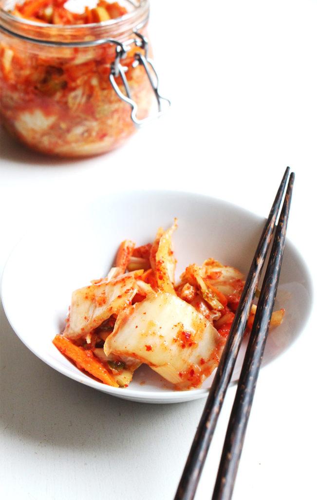 Bol de kimchi et baguette, bocal de kimchi